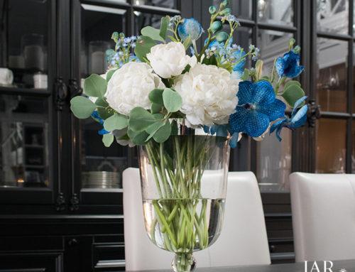 Букет из белых пионов и орхидей Ванда в подарок для коллеги