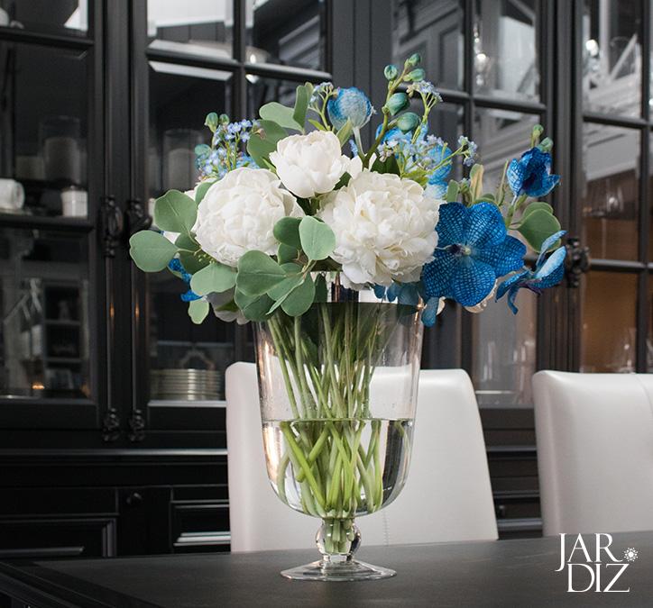 3.Букет из белых пионов и орхидей Ванда в подарок для коллеги фото 1