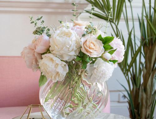 Летний букет из пионов и роз для спальни